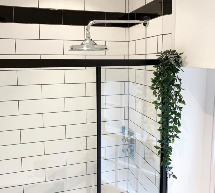 Plants In A Basket - 5 Botanical Looks For Your Bathroom - Ivy Plant Drapping Over Shower
