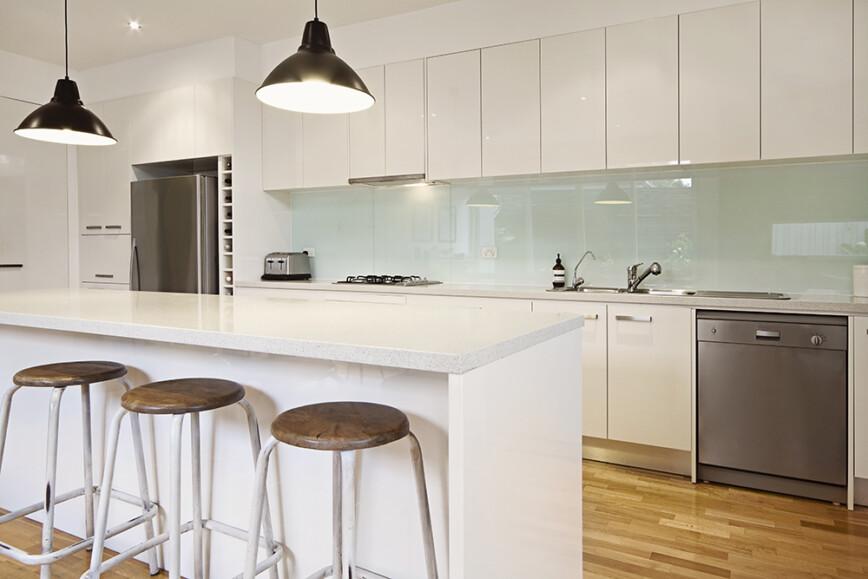 Light modern kitchen. Glass splashback